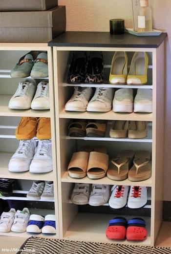 カラーボックスを利用した靴箱などは、シューズホルダーを使っても上の方のスペースが余ってしまうことも。そんなときは「つっぱり棒」がおすすめです。専用の棚板を作るのは大変ですが、短めのつっぱり棒を2本使うと無駄なく収納できますよ。