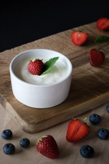 ・プレーンヨーグルト 200ml ・水  30ml  基本の材料は、たったこれだけでOKなんです。水は分離防止のために加えます。ドリンク風に仕上げたければ、お湯を適量足しても◎  また、カロリーを抑えたい場合は豆乳ヨーグルトを選ぶのも良いでしょう。料理にもアレンジしやすいため、ダイエット中の方には重宝する食材ですよ。