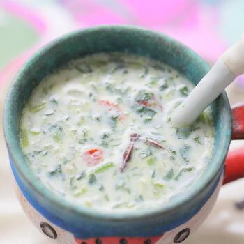 ほうれん草のヨーグルトディップにバターや生姜、クコの実、山椒などを加えたこちらのスープ風ホットヨーグルト。牛乳で仕立てるため、ピリッとしたスパイスの風味もまろやかになって食べやすい一品です。