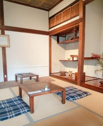 諏訪エリアで、もう1つおすすめなのが、下諏訪の隣、岡谷にある「喫茶さんとこ」。こちらは、諏訪市出身で画家として長野県を中心に活躍されている店主さんのお店で、築90年ほどの製糸家の住宅をリノベーションしたという古民家カフェです。1階は喫茶店、2階はギャラリースペースになっていて、展示も行われています♩