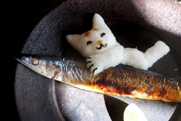 立体的に作れるか自信がない初心者さんは、お皿に寝そべらせるようにすれば安心してアート作りを楽しめるはず。  お魚をにっこり抱きしめるネコちゃんもたまりません♪