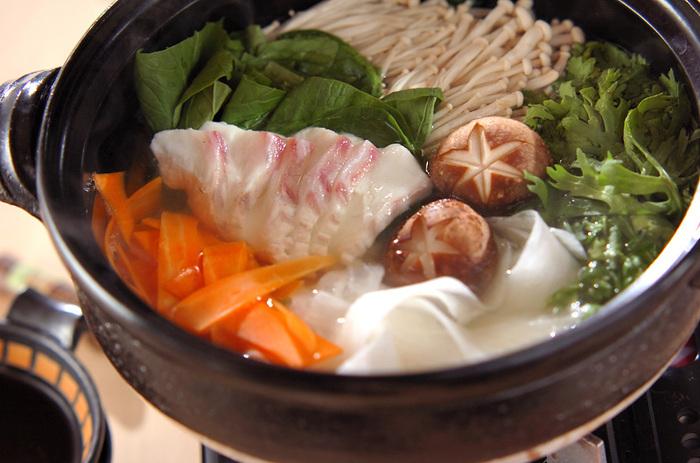 「昆布だし」は、和食に欠かせない代表的なだしの種類。うま味成分「グルタミン酸」が豊富に含まれていて、肉・魚・野菜などどの食材とも相性が良く、美味しく仕上がります。 上品でやさしい味わいなので、食材の美味しさを引き立ててくれるのが魅力です。  こちらのレシピは、野菜やきのこ類など豊富に加えた鯛しゃぶ鍋。栄養バランスも◎ ポン酢ダレをつけて、シンプルにいただきましょう。