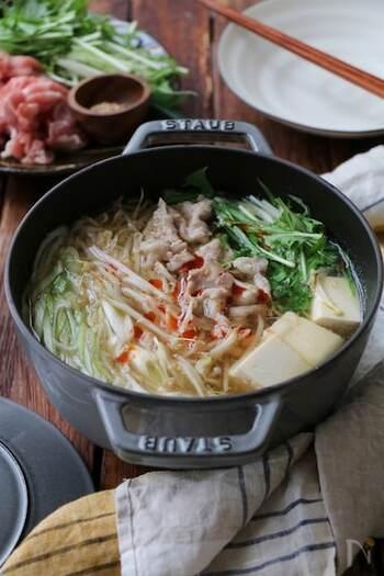 鶏がらスープの素と昆布で、中華風ながら親しみやすい味わいに。最後に、ごまラー油といりごまをプラスして、やみつきになりそうなだしに仕上げています。 〆には、中華麺をセレクト♪いつもの豚しゃぶしゃぶとガラリと違う味わいを楽しみたい人におすすめです。