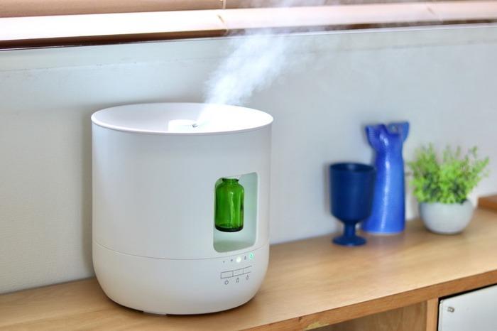 加湿器の中には、加湿しながら、アロマディフューザーとして、お気に入りのアロマの香りを漂わせることができるものも多くあるんです*  例えばこちらは、無印良品の「加湿機能付のアロマディフューザー」。