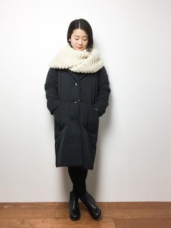 ブラックのワントーンコーデには、ホワイトマフラーがアクセントで映えるもの。着こなしにちょっと差がつくポイントは、ピアスとの色合わせです。マフラーとともに顔まわりを華やかにしてくれる、冬らしいホワイトパールがおすすめ。