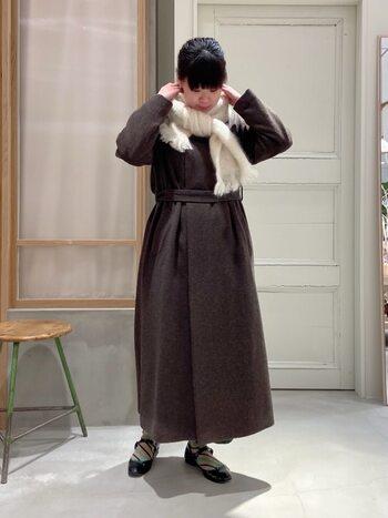 落ち着いた色合いが素敵なダークブラウンのコート。ホワイトのマフラーを添えれば、まるでカフェラテのようなまろやかさが生まれます。