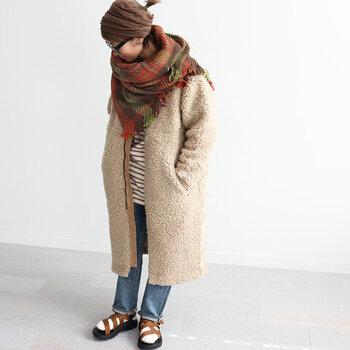 明るい色をたっぷり使った冬コーデには、ブラックよりも柔らかなブラウンがちょうどいい引き締め役になることも。あくまでも穏やかに、クールになりすぎないのがメリットです。防寒しながらバランスよくまとめましょう♪