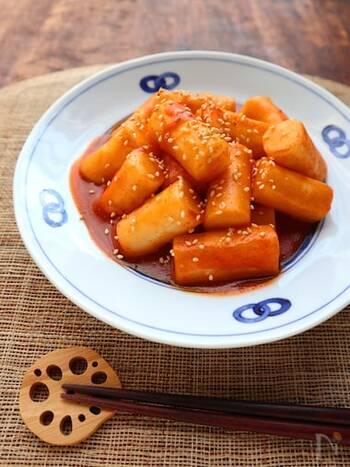 韓国の定番屋台料理といえばこれ!長方形のお餅にコチュジャンや砂糖で味付けし、甘辛く仕上げます。あっという間に作れるので、おやつやおつまみにぴったり。