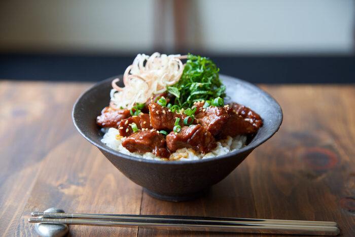 豚肉を甘辛く煮込んでご飯に載せた、食欲をそそる一品。思わずご飯をおかわりしちゃいそう!ねぎやみょうがなどの薬味をたっぷり載せると、さっぱり頂けます。