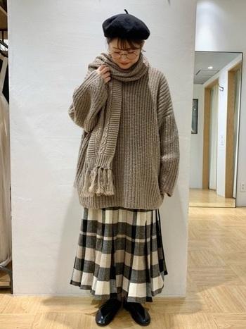 絶妙なグレージュのセーターに、ブラウンのマフラーを重ねています。やわらかい暖色同士を重ねると、おしゃれに奥行きを出しながらも重たく見えません。柄スカートや黒小物でメリハリをつけるとGOOD。