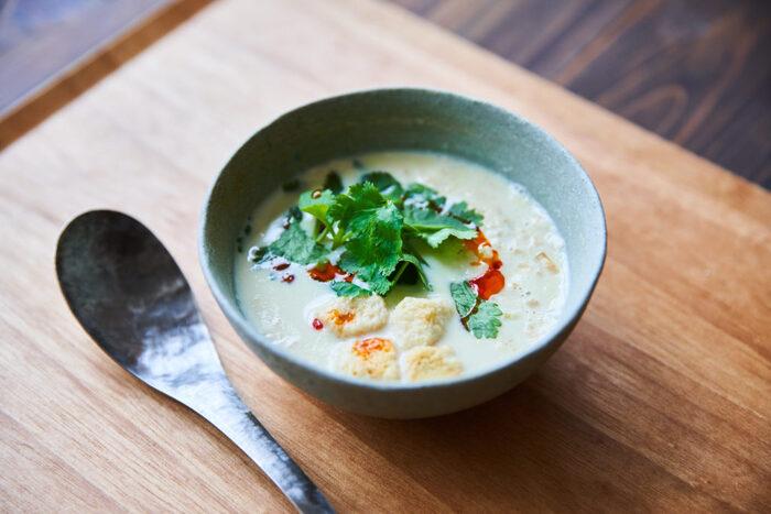 豆乳のまろやかな味わいを楽しめる、台湾の定番朝ごはんです。刻んだ具材に温めた豆乳を注げば、あっという間に完成!忙しい朝のお助けレシピですね。トーストと合わせても◎