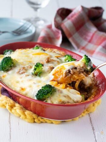 クリスマスシーズンにもオススメの簡単豪華なミートドリア。炒めるだけの簡単ミートソースにおとし卵を。残ったごはんも活用できる、冬のあったかグリル料理です。