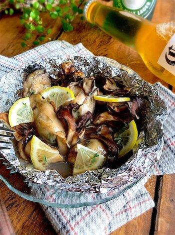ホイルで作るグリル料理は後片付けも楽々!なのに、素材の旨味をそのまま閉じ込めた美味しいおつまみだって、20分で簡単にできてしまいます。旬の牡蠣とマイタケ、レモン、醤油、酒、塩、胡椒というシンプルな材料も◎