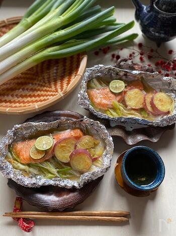 免疫力アップにおすすめのネギと、肌に嬉しい優れた栄養価をもつ鮭、食物繊維たっぷりのサツマイモ。冬に食べたい3食材が一度に頂ける、嬉しいホイルレシピです。彩りも美しく、食卓がパッと賑やかになりそうですね。