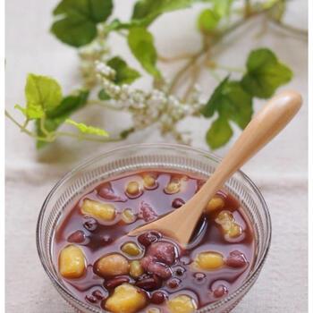 お芋で作った団子と豆に、シロップをかけて頂くスイーツです。もちもちの団子とたっぷりの豆が入って、食べ応え十分。温かい芋圓はお汁粉のようで、寒い時期にぴったり♪