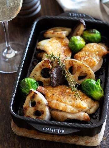食物繊維やビタミンCもたっぷりのシャキシャキのレンコンと、鶏もも肉、芽キャベツをグリルで香ばしく焼き上げたお料理。シンプルで簡単ですが見た目も美しいので、テーブルが華やぎます。