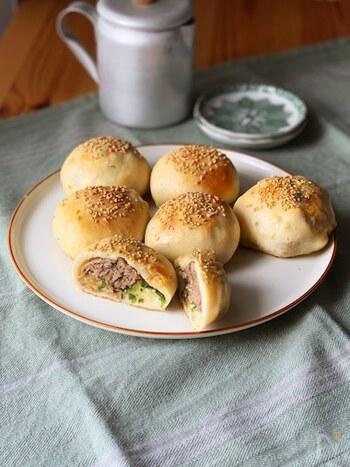 パン生地にスパイシーな豚ひき肉とネギがたっぷり詰まった胡椒餅。中国料理によく使われる五香粉が味の決め手です。軽食やビールのお供にぴったり。