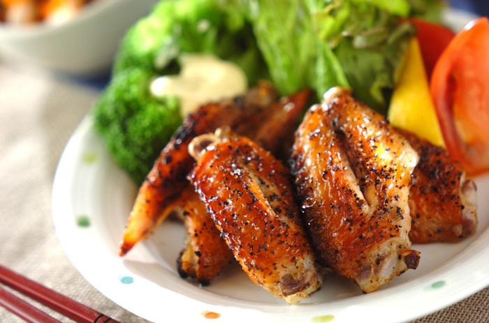 グリルで焼いた鶏肉は、余分な油が落ちてパリッと仕上がるので、とっても美味しくてヘルシー!シンプルな味付けで、並べて焼くだけという簡単&時短料理です。