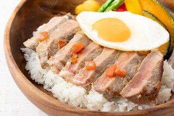 そんな小野原周辺周辺には、おしゃれなお店もいっぱい!例えば「サン マハロ 箕面小野原店」は、ロコモコやパンケーキ、ガーリックシュリンプといったハワイの味を大阪で楽しめるハワイアンレストラン。テイクアウトでは定番の「ハンバーグロコモコ」はもちろん、こだわりの「から揚げカレー」、ハワイ定番の味を一挙に楽しめる「サンマハロセット」が用意されています。お値段もリーズナブルなので、気軽に利用することができます。