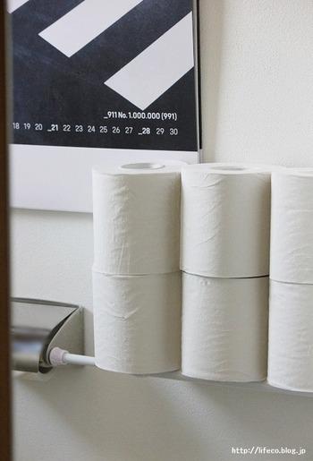 こちらのお宅ではトイレに収納スペースがないため、ペーパーホルダーと壁の間につっぱり棒を設置。トイレットペーパーが6個ストックしておけるスペースを作りました。ホルダーのすぐ横なので交換がしやすく、浮いているので掃除もしやすくて快適なんだそう!