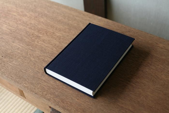 しっかりとした装丁で重厚感のある日記帳は、10年分の日記を書くことができます。表紙には三重県の伝統工芸品である松阪木綿が用いられ、シックで上品な佇まいです。本棚にも置きやすいA5サイズです。