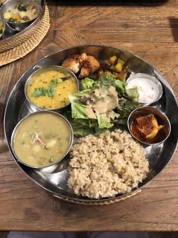 ランチの人気は、カレーやデリが少しずつ盛り付けられた「ミニミールス」。南インドの定食は、辛いだけでなく野菜や豆の旨みが存分に活かされています。その日の内容は、公式Instagramにアップされているので、チェックしてみてくださいね。