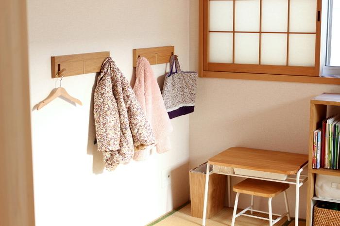 無印の3連フックは、賃貸でもOKな壁に取り付けられるタイプ。ハンガーを掛ける以外にも、そのまま上着を掛けたり、カバンを掛けたり、使わないときはフックをしまっておくこともできます。子供の成長に合わせて、取り付ける高さを変えられるのも便利。