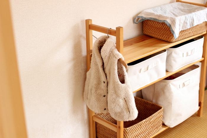 上着やカバンを掛けて収納する場合、子供の手が届く高さにするのがポイントです。棚を買う場合は、こんな風にサイドにハンガーなどを引っ掛けられる場所があると便利ですね。