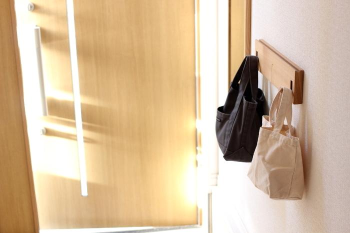 手袋や帽子など、玄関に置きたいけどカラフルで派手なアイテムは、無地のトートバッグに入れてすっきり!縦長のものは底まで手を入れないと取り出せないので、小さめで横長、しっかりした生地のものがおすすめです。