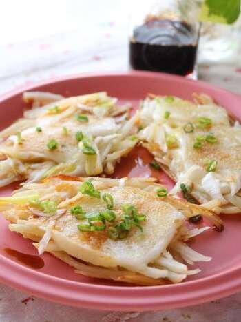 ガレットといえば洋風ですが、こちらはお醤油で食べる和風のガレット。  じゃがいもとねぎチーズとお餅があれば簡単に作れちゃいます。もう一品欲しい時に副菜として作りたいレシピです。
