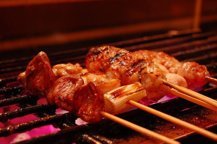 焼き鳥と鶏懐石のお店、「TORI TO NICK」。鶏肉には、但馬産をはじめ鮮度にこだわった国産鶏を使用。九州の名旅館などで経験を積んだ店主が注文ごとに串を打ち、噛むたびにうま味がにじみ出てくるよう、1本1本丁寧に焼き上げてくれます。テイクアウトでは、そんな焼き鳥をお弁当として提供!そのほか、鯛茶漬けを焼鳥店らしくアレンジした「名物ごまだれの鶏茶漬け」、炊きたてのご飯に乗せるだけでできる「鶏のひつまぶし」なども用意。おうちで本格的なお店の味を楽しめるメニューがそろっています。