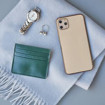 お会計時や病院などで見かける、中身をパンパンに詰め込んだお財布…一つにまとめたい気持ちもわかりますが、カードはカードケースに入れて持ち歩くのが大人の嗜み。身分証や保険証、交通系ICカードなど、よく使うものはお気に入りのカードケースに入れておけば、どこに入れたっけ?なんてこともなくスマートに取り出せます。上質なアイテムで、さりげない仕草を上品に演出しましょう。
