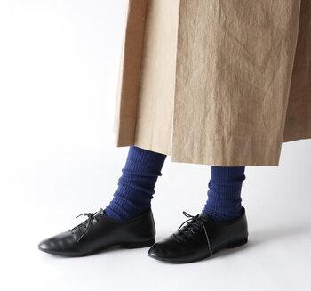 寒色系のタイツを合わせると一気に冬のシックなコーディネートがきまります。くしゅくしゅと弛ませて履けるタイツなので、程よいカジュアル感を楽しむことができますよ。