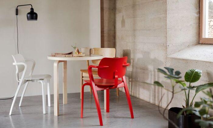 ファッション文化が花開く60年代のパリを舞台となっているため、ポップカルチャーを感じ取ることができるインテリアセンスとなっています。赤や青といった原色カラーを大人っぽく遊び心たっぷりに使ったコーデバランスのテクニックは必見です。
