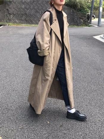 メンズライクなレザーシューズには、ライン入りの靴下でカジュアル感が可愛いボーイッシュコーデを楽しみましょう。パンツの裾からちらっと覗いた白靴下が、暗くなりがちな冬の着こなしを明るく見せてくれます。