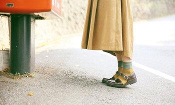 幅広い着こなしが楽しめるストラップシューズは、靴下でもタイツでも相性抜群。遊び心を感じるアースカラーのくすみグリーン×マスタード色の組み合わせが愛らしい靴下なら、お出かけが楽しみになりそう♪