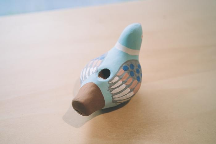 デザインも多彩で、数百種類もの型が現存しているほど、佐賀県では親しまれている郷土玩具です。中でも息を吹きかけると、鳩の鳴き声のような音がなる「鳩笛」は、遊び道具としても置物としても人気があります。