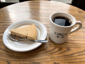 コーヒーはすべて、サンフランシスコのロースターで焙煎した豆を使用しているのがこだわり。上質なシングルオリジンの豆を丁寧にハンドドリップで抽出していて、豆本来の風味や苦みが格別。アメリカンサイズのハンドメイドケーキにもぴったりです。