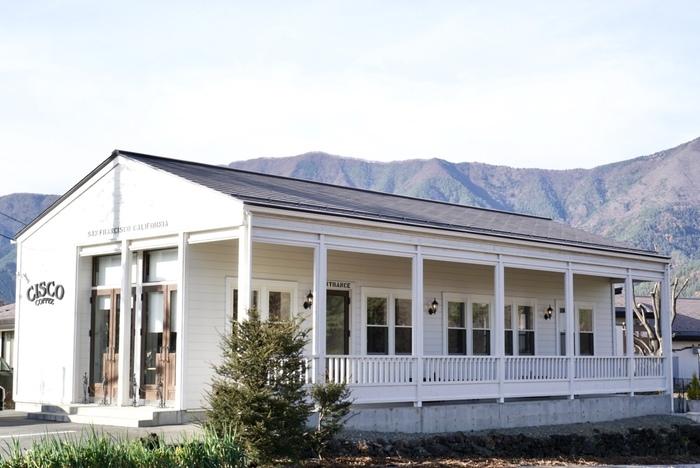 """河口湖畔にある「CISCO(シスコ)」は、緑に囲まれた白い外観がステキなコーヒー専門店です。西海岸発祥のコーヒー文化""""サードウェーブ""""を富士山のふもとで味わうことができます。"""