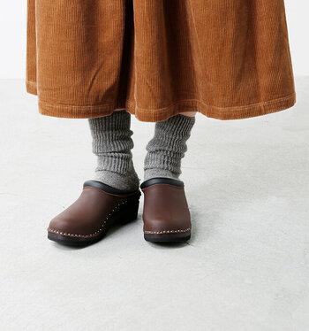 丸みとボリューム感が可愛いサボサンダルは、グレーの靴下を合わせてナチュラルに仕上げると◎。ボトムスを引き立ててくれると同時に、控えめながらもさりげなく個性をアピールできますよ。