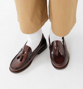艶のあるタッセル付きローファーには白靴下を合わせて、上品なトラッドスタイルの出来上がり。パンツを合わせても良いですし、チェック柄スカートやAラインワンピースとも相性が良い万能な足元スタイルです。