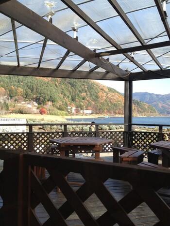 湖畔のテラス席からは、四季折々の自然を感じることができます。新緑や紅葉が美しく、カメラを片手に訪れる方も多いんですよ。