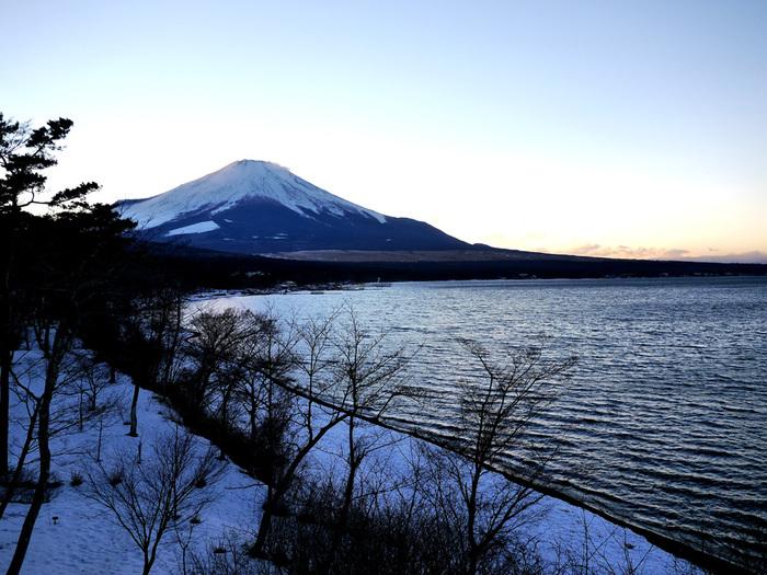 通りを渡ると目の前には山中湖。湖ごしに美しい富士山を眺めることができますよ。