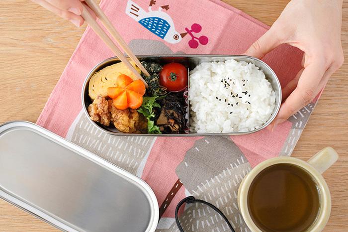 ステンレス製のお弁当箱は、ちょっとレトロな雰囲気もあります。スリムなデザインだから、バッグにも入れやすくて◎です。ステンレス製は清潔でお手入れしやすいのもメリットです。
