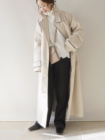 シンプルデザインのチェスターコートに黒のパイピングが入ったデザインアウター。白コートは着るだけで、全体をパッと明るく仕上げてくれる強力なアイテムです。黒パンツや白ニットで、メリハリあるモノトーンコーデを完成させましょう。