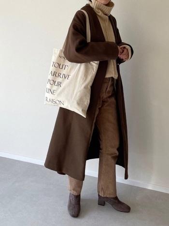 コート、パンツ、ブーツをブラウンで、ニットはベージュでまとめた大人カジュアルコーデ。バッグに大きめのオフホワイトのエコバッグを取り入れることで、重たくならず適度な抜け感がプラスされます。