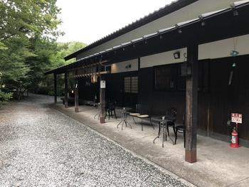 「無上帑(むじょうどう)」は、静岡県富士市にある国登録の有形文化財である旧岩淵火の見櫓のそばにある古民家カフェです。重厚な日本家屋と手入れが行き届いた日本庭園は、上質な時間を過ごしたい日にぴったり。