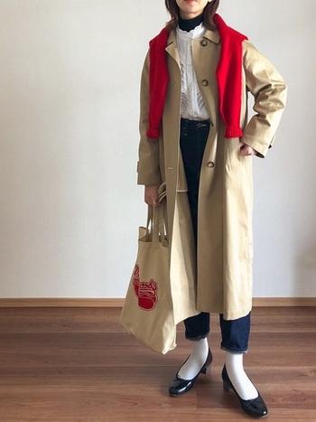ブラウス+デニムのコーデには、コートの上から赤いカーデを肩から掛けて印象を一変。それだけなのに、コーデもコートも見違えます。少しの工夫で違うコートに見せて、楽しく着回しましょう。