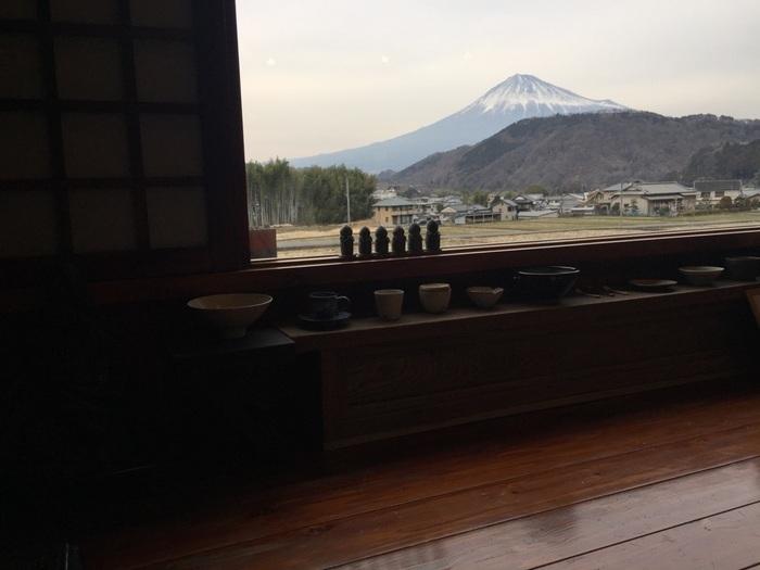 小上がり席の大きな窓の外には雄大な富士山が広がり、まるで絵画のよう。窓際に並ぶ陶器も趣きある店内とマッチしていてステキです。