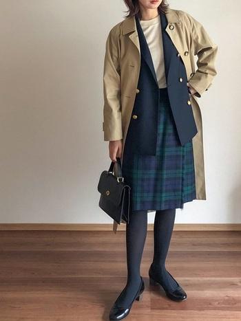コートは安い買い物ではない分、長いお付き合いになるファッションアイテム。つい愛用頻度も上がってしまうわけですが、同じコートに見せない着回しテクニックを習得しましょう。例えばステンカラーコートは重ね着で長い期間着ることが出来ます。  こちらはコートの下にジャケットを合わせた、パリの風を感じるコーデ。